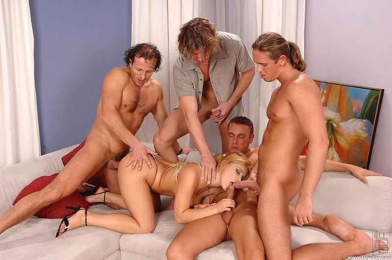 Оргии с блондинками нравятся всем мужчинам, поэтому они так часто бывают
