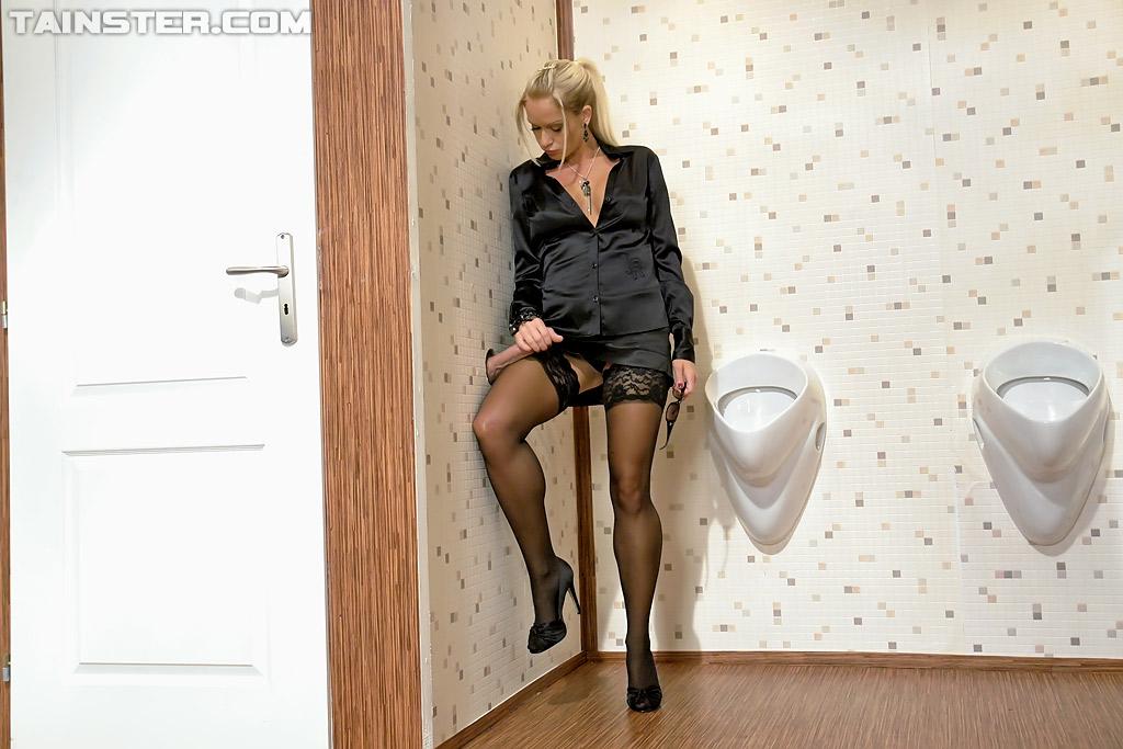 Загорелая блонда в рубашке сосет член высунутый из стены